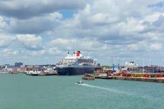 Le revêtement de Queen Mary 2 et le bateau de croisière transatlantiques de haute mer à Southampton accouple l'Angleterre R-U Photographie stock