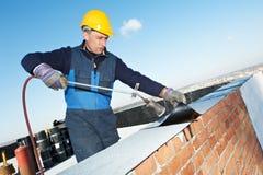 Le revêtement de toit plat fonctionne avec le feutre de toiture Photographie stock libre de droits