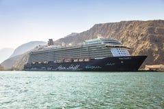 Le revêtement Mein Schiff 3 de croisière de TUI Cruises a ancré dans le port de Musandam en Oman photographie stock libre de droits
