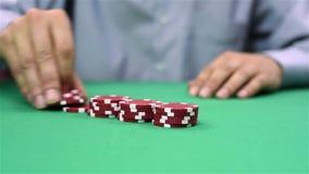 Le revendeur rassemble les jetons de poker rouges banque de vidéos