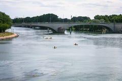Le Rhône avec le pont et les canoës dans la ville d'Avignon photo libre de droits