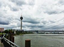 Le Rhin à Dusseldorf un jour nuageux photographie stock