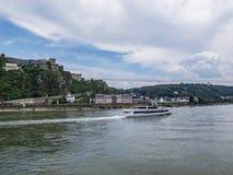 Le Rhin avec un bateau de croisière à Coblence, Allemagne photos stock