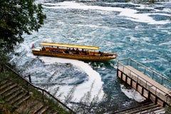 Le Rhin, Suisse - 19 septembre 2018 : Bateau de touristes sur le Rhin pr?s des chutes du Rhin en Suisse photo libre de droits