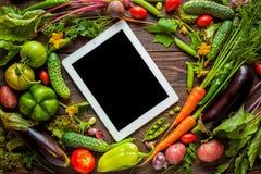 Le ricette dell'alimento riducono in pani il computer sulla tavola di legno rustica immagine stock libera da diritti