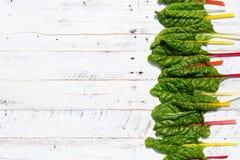 Le ricette piane di dieta sana della bietola svizzera dell'arcobaleno di disposizione deridono su bianco Immagine Stock