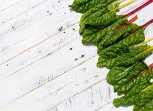Le ricette piane di dieta sana della bietola svizzera dell'arcobaleno di disposizione deridono su bianco Immagini Stock