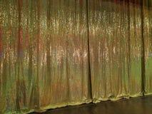 Le rideau d'or sur l'étape du théâtre photo stock