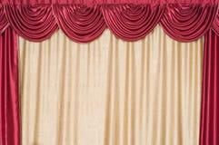 Le rideau fermé sur une scène. photos libres de droits