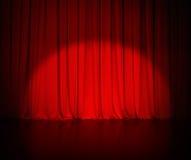 Le rideau rouge en théâtre ou drape le fond avec photo stock