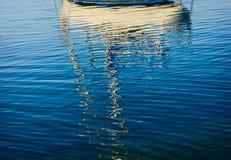 Le riflessioni astratte delle barche nel porto innaffiano Immagini Stock