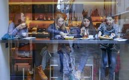 Le riflessioni dei cittadini in una finestra di una barra immagine stock libera da diritti