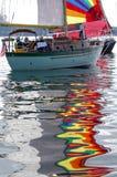 Le riflessioni delle vele variopinte durante la barca a vela corrono su Puget Sound Immagine Stock Libera da Diritti