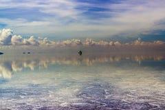Le riflessioni di Uyuni sono una delle cose più stupefacenti che un fotografo può vedere Qui possiamo vedere come l'alba sopra un immagini stock