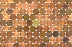 Le righe dei penny usati con il centesimo dell'oro coniano Fotografia Stock