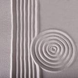 Le righe ed il cerchio del giardino di zen increspano il reticolo Fotografie Stock Libere da Diritti