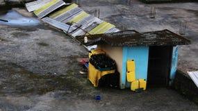 Le rimanenze di benzina e delle birre dopo un partito sull'borken il tetto nel Sudamerica immagini stock libere da diritti