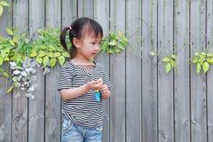 Le rire chinois de sourire d'enfant de petit beau bébé mignon heureux ont l'amusement au jeu d'enfance de bonheur de nature de pa Images stock