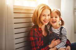 Le rire heureux de fille de mère et d'enfant de famille jouent Photo libre de droits