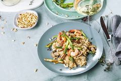 Le risotto de champignon sur le gris blanc, se ferment vers le haut de la vue photos stock