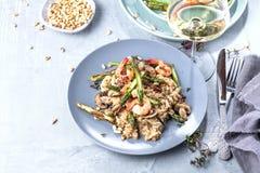 Le risotto de champignon sur le gris blanc, se ferment vers le haut de la vue photographie stock libre de droits