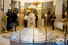 Le rite du baptême infantile dans l'église Photographie stock libre de droits