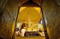 Le rituel débute le lavage de moines le visage et brosse les dents de l'image de Bouddha photo libre de droits