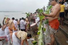 Le rituel de Kolabau au fleuve Ganga Photographie stock