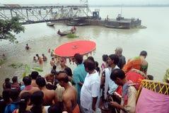 Le rituel de Kolabau au fleuve Ganga Image stock