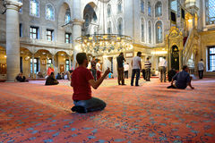 Le rituel de mosquée de sultan d'Eyup du culte a centré dans la prière, Istanbu Images stock
