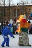 Le rituel des effigies brûlantes de l'esprit du carnaval d'hiver au jour férié national Photographie stock