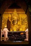 Le rituel du visage quotidien soufflant Mahamyatmuni Bouddha image stock