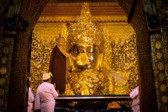 Le rituel du visage quotidien soufflant Mahamyatmuni Bouddha photos libres de droits