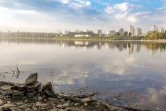 Le rivage d'une grande rivière avec les pierres intéressantes, d'une manière ordonnée folde photos libres de droits