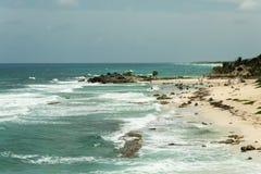 Le rivage de la mer avec des vagues Photographie stock
