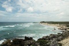 Le rivage de la mer avec des vagues Image libre de droits