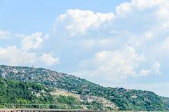 Le rivage de la Mer Noire, collines vertes avec des maisons, bleu opacifie le ciel Images stock