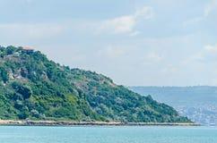 Le rivage de la Mer Noire, collines vertes avec des maisons, bleu opacifie le ciel Photos stock