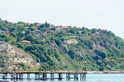 Le rivage de la Mer Noire, collines vertes avec des maisons, bleu opacifie le ciel Image libre de droits