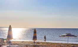Le rivage de la Mer Noire, l'eau claire bleue, plage avec le sable, Albena, Bulgarie Photographie stock