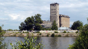 Le rivage de la rivière large, la belle nature photographie stock