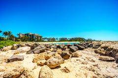 Le rivage rocheux de la côte ouest de l'île d'Oahu au lieu de villégiature de Ko Olina Photo stock