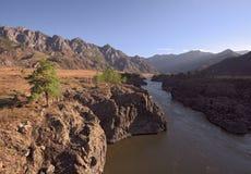 Le rivage rocheux de la rivière de Katun dans la lumière de matin photo libre de droits