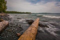 Le rivage rocheux du port de pièce en t Photographie stock libre de droits