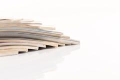Le riviste olorful del ¡ di Ð aumentano il colpo vicino su fondo bianco Fotografia Stock