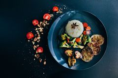 Le riz basmati, végétarien, vegan a grillé des légumes Carotte, tomates-cerises, champignons de paris, aubergine, anis foncé images stock