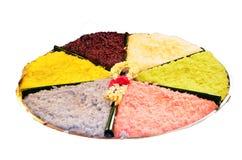 Le riz collant coloré en crème de noix de coco ou ajoutent le jus de noix de coco au riz visqueux illustration libre de droits