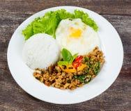 Le riz complété avec l'émoi a fait frire le porc et le basilic hachés Photographie stock