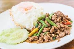 Le riz complété avec l'émoi a fait frire le porc et le basilic hachés Image libre de droits
