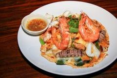 Le riz a complété avec l'oeuf épais, nourriture thaïlandaise de Tomyum de fruits de mer image libre de droits
